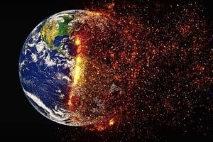planète terre en feu à cause du changement climatique