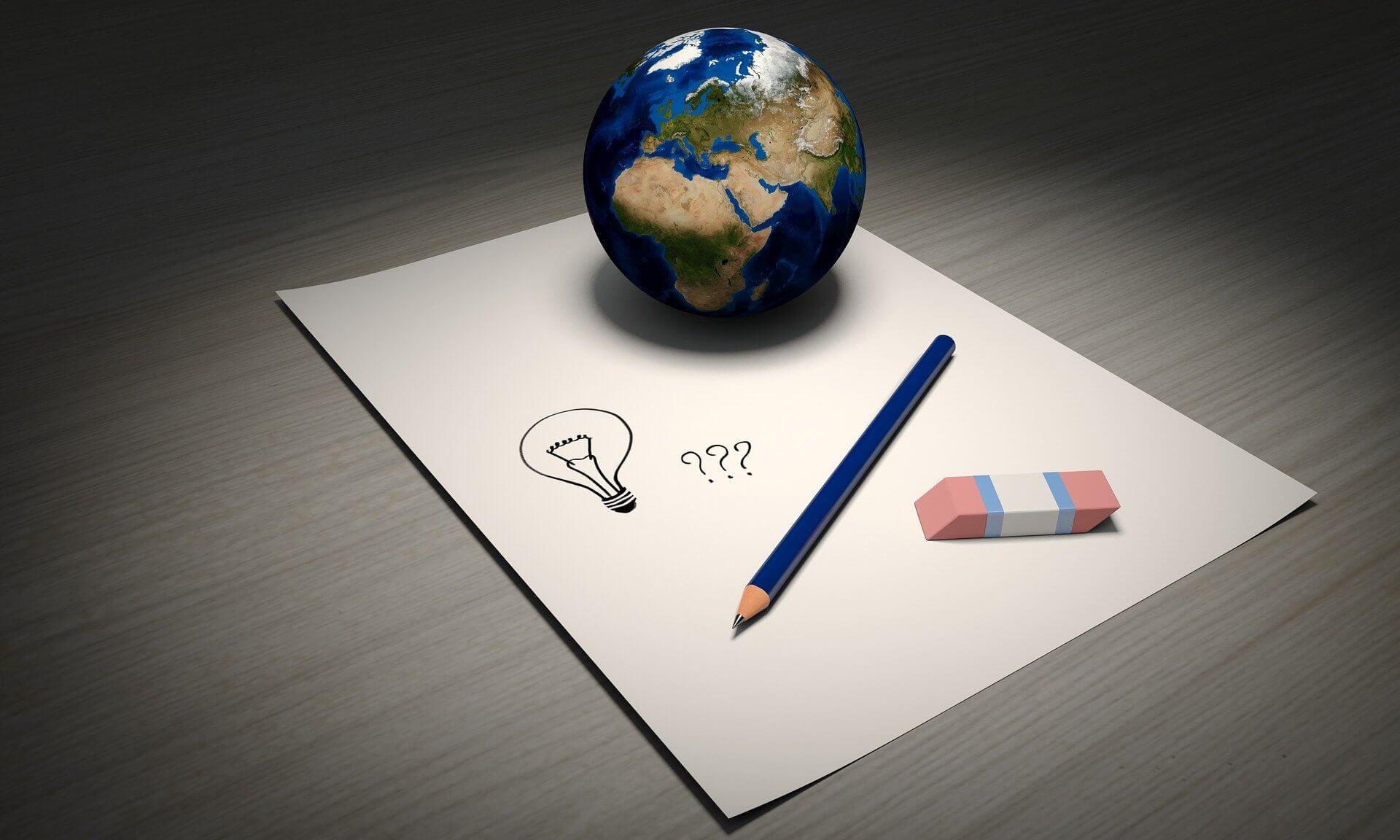 planète, crayon, gomme et papier