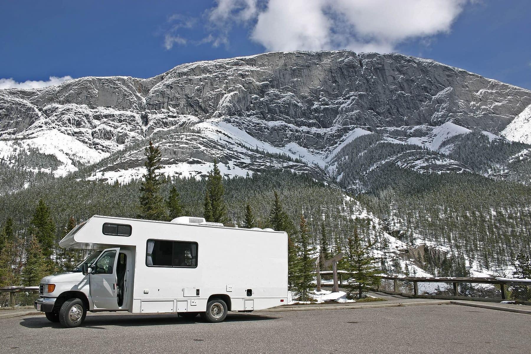 campeur blanc devant les montagnes canadiennes