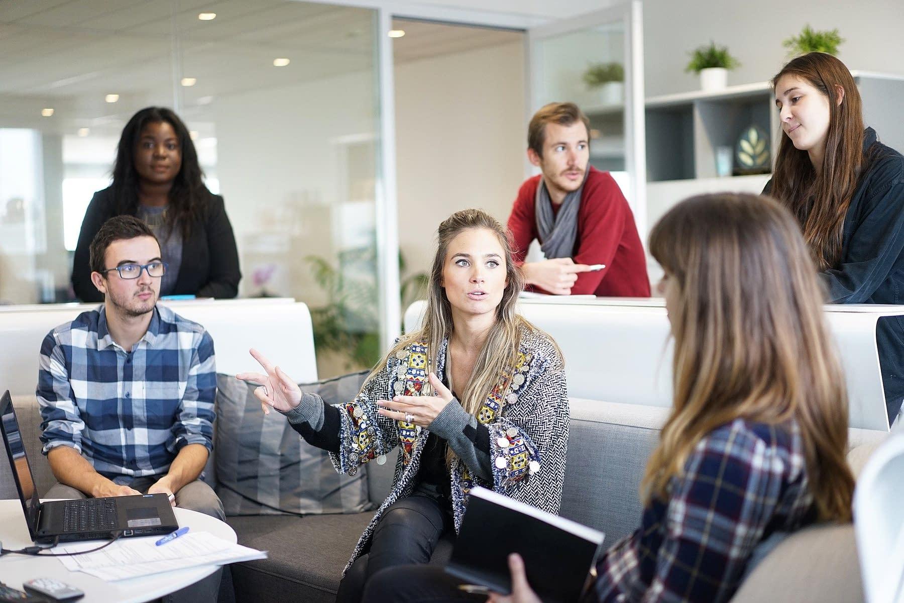 une équipe de jeunes travailleurs discutant des idées d'affaires