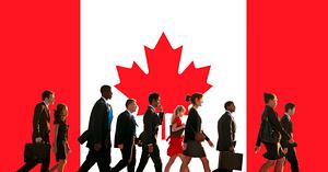drapeau canadien et travailleurs marchant