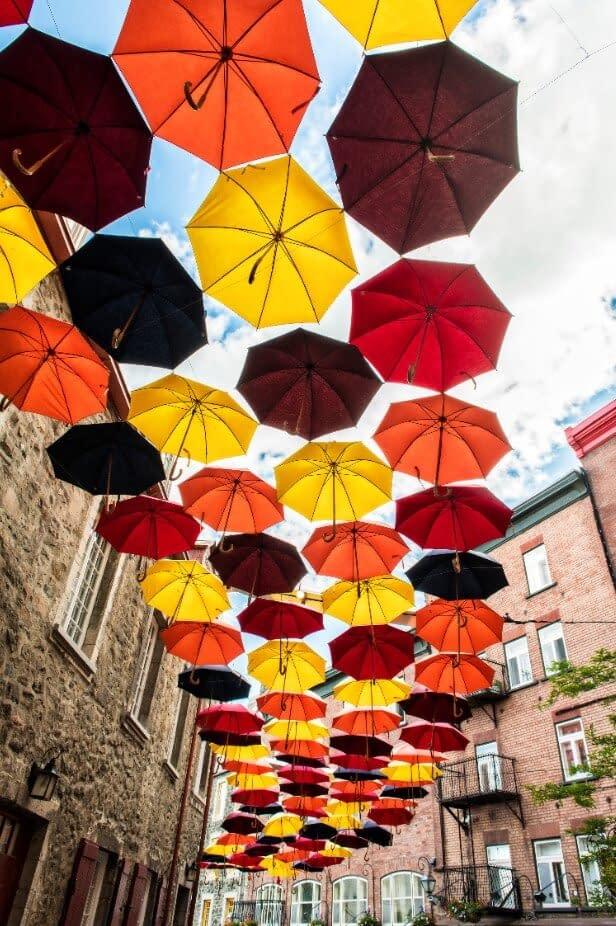 Parapluies jaunes, orange et rouges dans la rue au Canada
